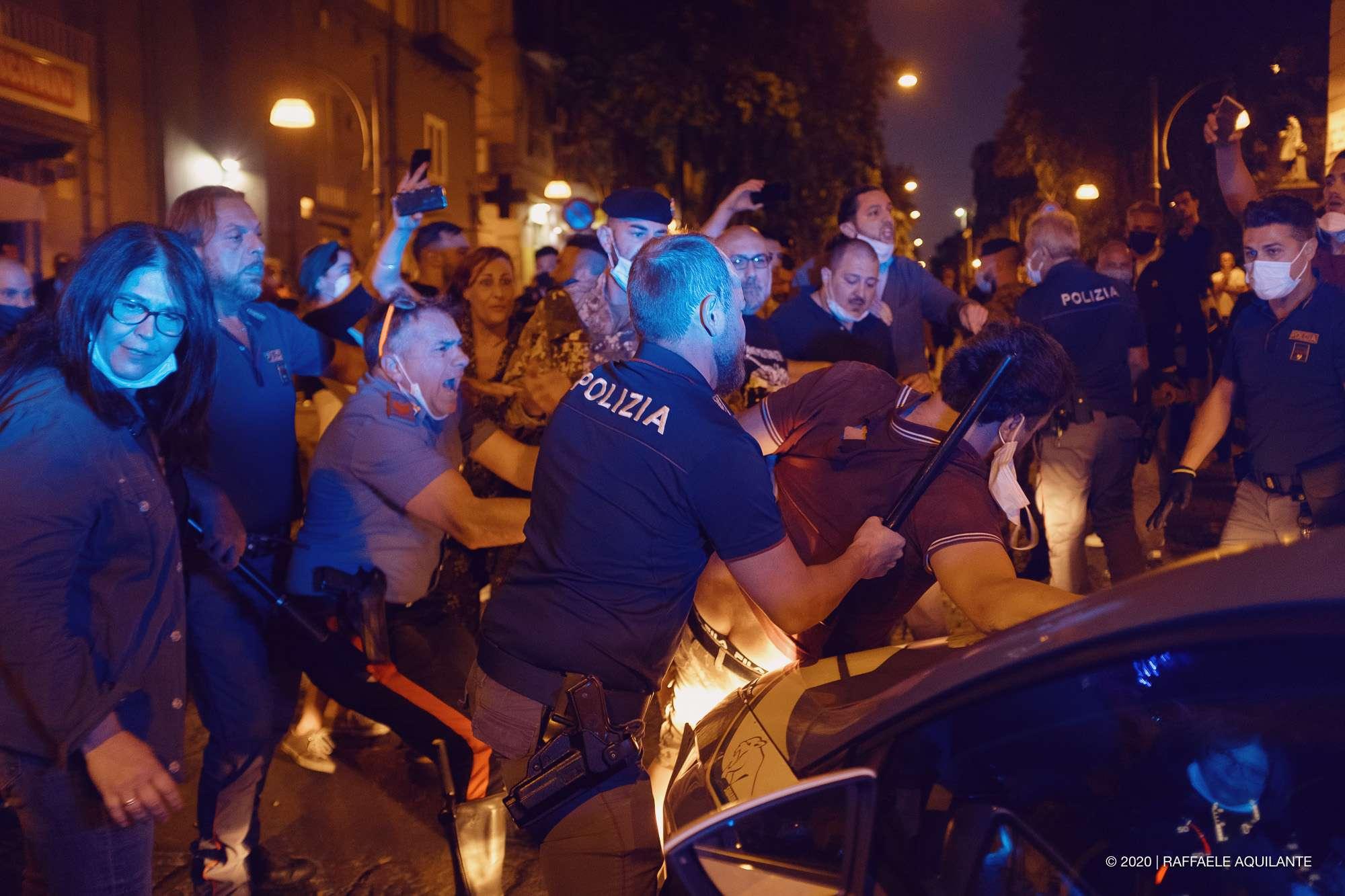 Napoli, a piazza Bellini va in scena lo show nordcoreano di De Luca