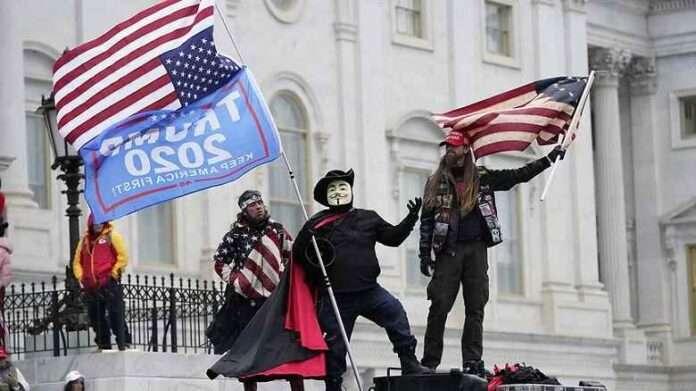 L'era Trump finisce tra pallottole, selfie e costumi da Batman