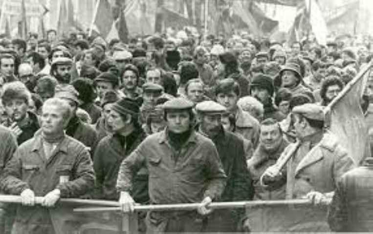 L'ossessione anticomunista della destra italiana che vuole cancellare la storia