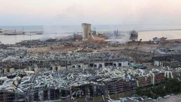 Beirut, dopo l'esplosione l'inferno. Si scava tra le macerie