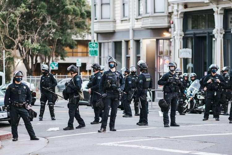 Gerorge Floyd, clamoroso: Minneapolis smantella la polizia
