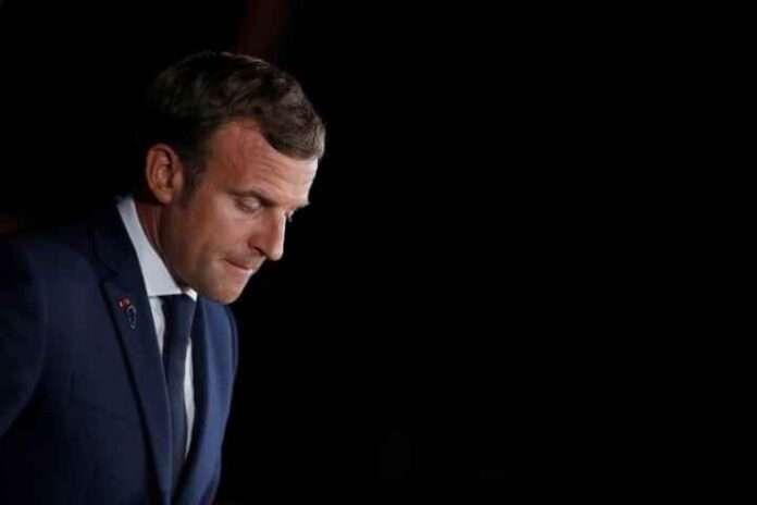 Emmanuel Macron in picchiata, salvato dal Covid