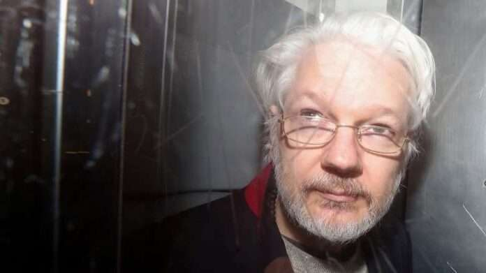 Claomoroso da Londra: no all'estradizione di Julian Assange